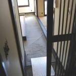 縦格子の扉と通り土間