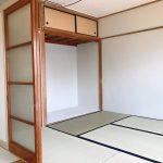 南側の居室(6帖)は畳です。押し入れは思い切って襖を取り払いました。デスクスペースとしてどうぞ。