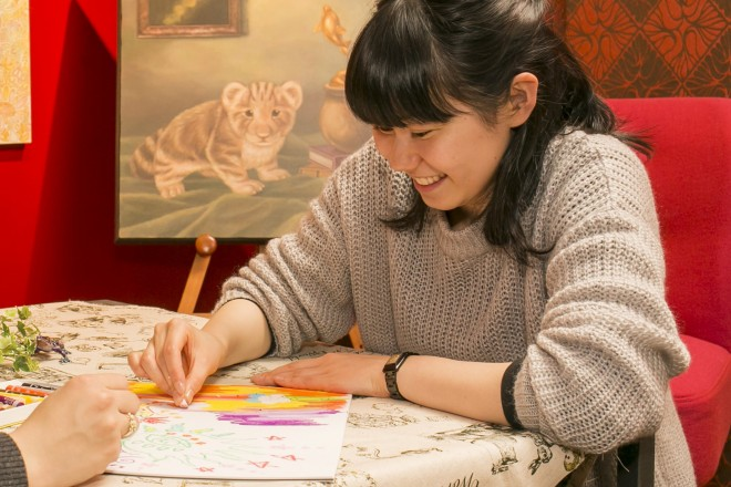 リサさんは、美術学校を卒業後、バイトしながら絵を描く生活。