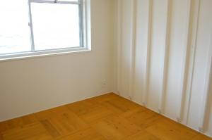 もう一室はDIY塗装した無垢フローリング敷き